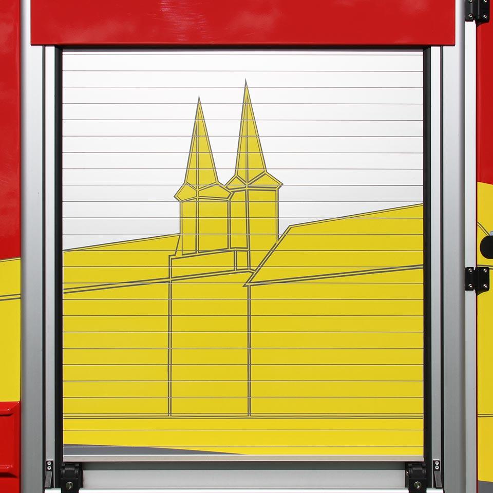 Feuerwehr Tegernsee Feuerwehrmann löscht großes Feuer